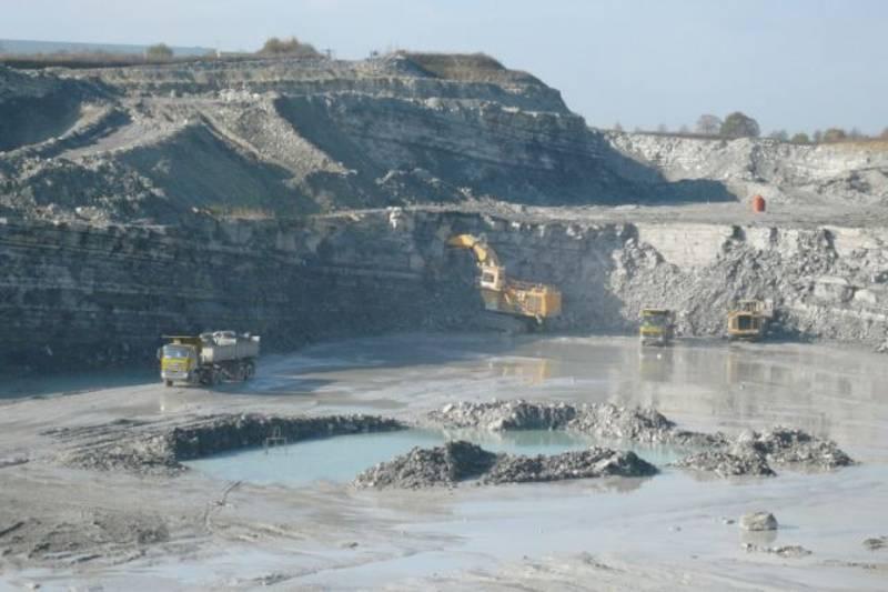 Steinbruch im Abbaubetrieb